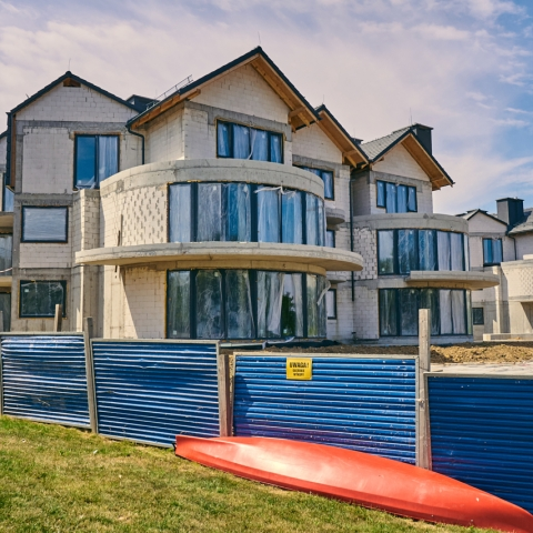 apartamentowiec z widokiem na morze